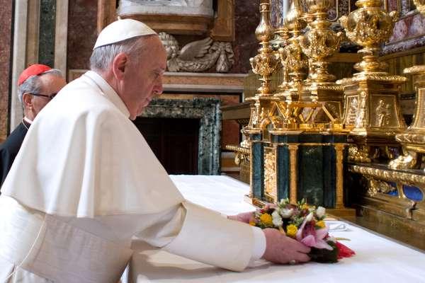 Vestido con sotana blanca y zapatos negros, el nuevo papa Francisco, el primero de Latinoamérica, cumplió este jueves su primera salida como pontífice a una basílica romana para orar en privado ante la Virgen y llevarle un ramo de flores.