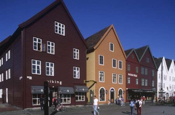 Noruega ocupa el primer lugar en el índice de desarrollo humano de la ONU, los noruegos tienen una esperanza de vida al nacer de 81,3 años, un promedio de escolaridad de 12,6 años y su ingreso bruto per cápita del año pasado fue de 48.688 dólares. (EFE). En la imagen Bergen - Bryggen, el antiguo muelle (UNESCO Lista del Patrimonio Mundial, 1979)