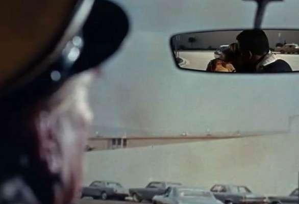 Controversial: En 1967 se estrenó en el cine 'Adivina quién viene a cenar esta noche', protagonizada por Sidney Pottier y Katharine Houghton, quienes se convirtieron en la primera pareja interracial que en la pantalla grande se dieron un beso. En su momento se armó toda una polémica racial respecto al tema, transformandolo en un hecho histórico en el séptimo arte. Ahora, la escena fue muy cuidada, ya que el espectador pudo ver el ósculo a través del espejo retrovisor de un taxi.