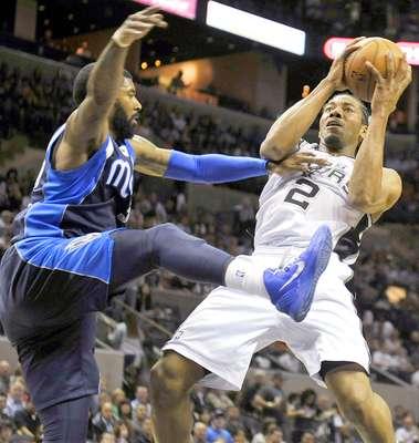Mavericks vs. Spurs: Kawhi Leonard (2) recibe una falta sobre O.J. Mayo.