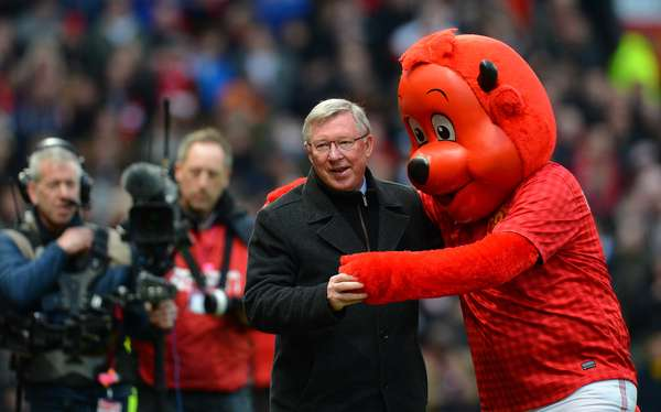 Como es costumbre en Old Trafford, Sir Alex Ferguson fue recibido por la mascota del equipo.