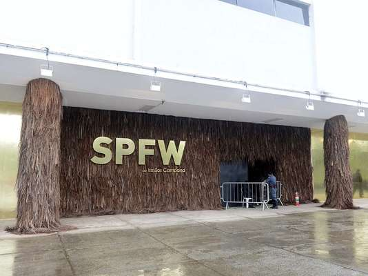 """Una de las más importantes semanas de la moda del mundo, la Sao Paulo Fashion Week (SPFW) regresa a su sitio original, el edificio de la Bienal, en el Parque Ibirapuera. La escenografía de la edición de verano 2014, llevada a cabo entre los días 18 y 22 de marzo, fue idealizada por los prestigiosos hermanos Campana, quienes usaron como tema para este año la """"naturaleza creativa""""."""