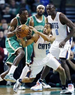 Jason Terry encabezó el ataque de los Celtics de Boston que tuvieron a seis jugadores con números de dos dígitos y se impusieron por 105-88 a los Bobcats de Charlotte, el equipo con la peor marca de la Liga.