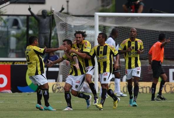 Volta Redonda comemora gol marcado por André Alves em vitória sobre o Vasco, neste domingo, em Sâo Januário