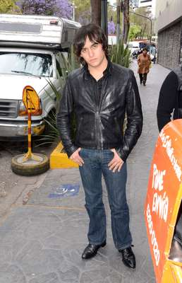 Julián, hijo de Maribel Guardia y Joan Sebastian, asiste al velorio del hermano de la cantante Yuri.