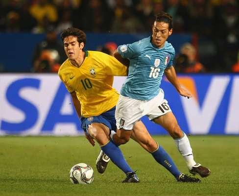 Brasil domina la serie sobre Italia con siete triunfos, cinco derrotas y dos empates, aunque uno de ellos fue el de la final de 1994. En el último enfrentamiento la 'verdeamarela' venció 3-0 a la'azurra', en la Copa Confedaraciones 2009, con doblete de Luis Fabiano y autogol de Andrea Dossena.