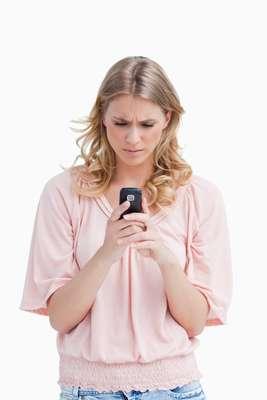 1. Ligar ou mandar mensagens repetidamenteTodo mundo tem bom senso suficiente para identificar quando uma pessoa quer ou não falar com você. Uma vez que você sabe que ele está bem, com saúde e não está em perigo, não há motivos para continuar ligando repetidamente