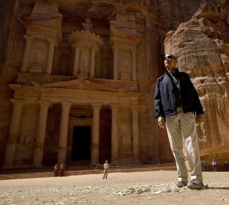 El presidente de Estados Unidos, Barack Obama, recorrió este sábado la ciudad monumental de Petra, 245 kilómetros al sur de Ammán, pese a que una tormenta de arena retrasó su visita, dijeron a Efe fuentes turísticas en la zona.