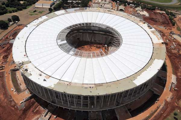 27 de marzo de 2013: cerca de la entrega oficial, el Estadio Nacional de Mane Garrincha, en Brasilia, terminó de instalar la última de las 48 partes principales de la membrana del techo.