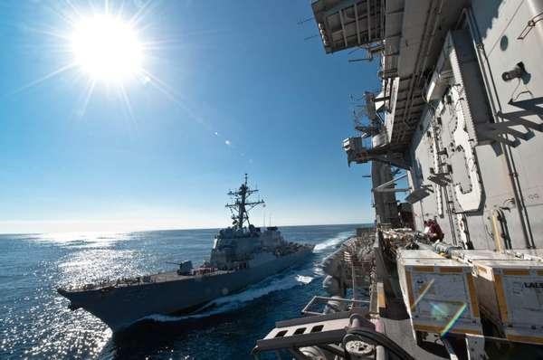 Imagem divulgada pela Marinha americana mostra o USS John McCain navegando junto do porta-aviões USS George Washington em dezembro de 2010