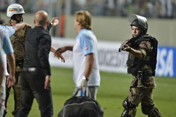 Pouco tempo após o início do conflito com os atletas do Arsenal, alguns policiais armados entraram no gramado e apontaram para os jogadores do time argentino. Porém, nenhum tiro foi disparado