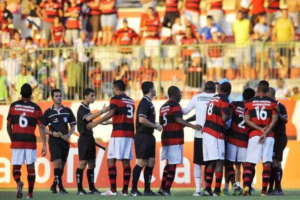 O Flamengo deu adeus às chances de conquistar o Campeonato Carioca 2013. Neste sábado, os comandados do treinador Jorginho ficaram apenas no empate com o Duque de Caxias, por 1 a 1, em Moça Bonita. Com a vitória do rival Fluminense diante do Resende, por 2 a 0, o time rubro-negro não tem mais chances de avançar para as semifinais da Taça Rio. O duelo válido pela 5ª rodada da competição teve muita reclamação por parte do Flamengo com a arbitragem, que voltou atrás e anulou gol de Hernane. O Fla só conseguiu o gol da igualdade aos 47min do segundo tempo, com Cleber Santana