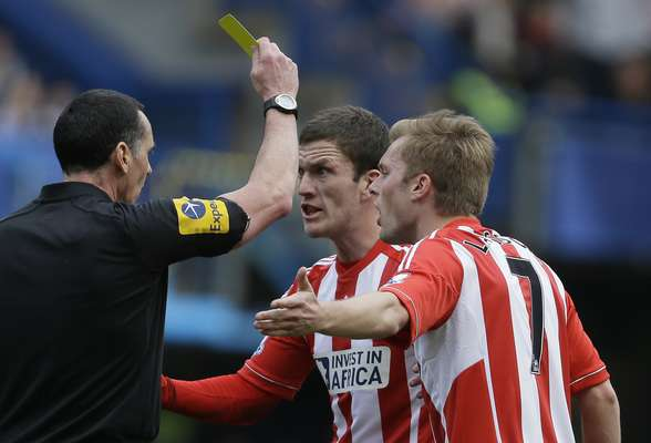 Los jugadores del Sunderland le reclaman una decisión al árbitro.