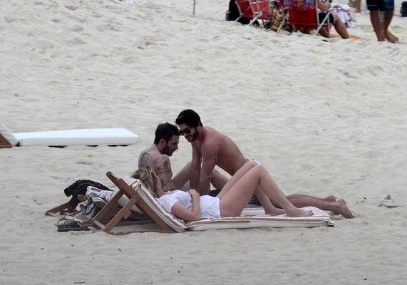 Marc Jacobs e o namorado brasileiro, Harry Louis, aproveitou este domingo (07) na praia de Ipanema, no Rio de Janeiro