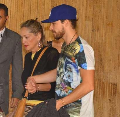 A atriz Sharon Stone foi vista deixando o hotel em que está hospedada em São Paulo neste domingo (7). Ela estava acompanhada do namorado, o argentino Martin Mica