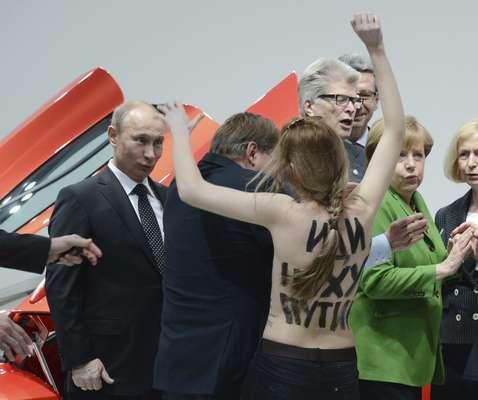 """Un grupo de mujeres protestó este lunes contra el presidente ruso, Vladimir Putin, y su sistema político al mostrar en sus torsos desnudos inscripciones como """"fuck dictator"""" en la Feria Industrial de Hannover (norte de Alemania) de la que Rusia es el país invitado en esta edición."""