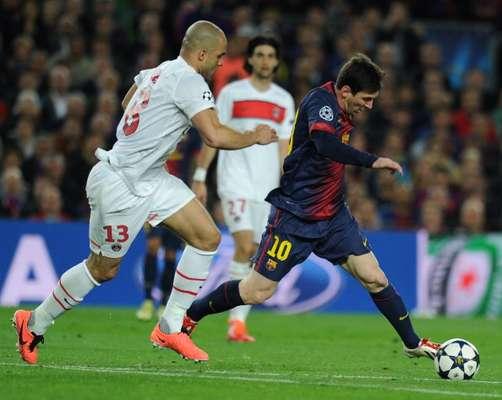 Messi intenta marcharse de Alex.