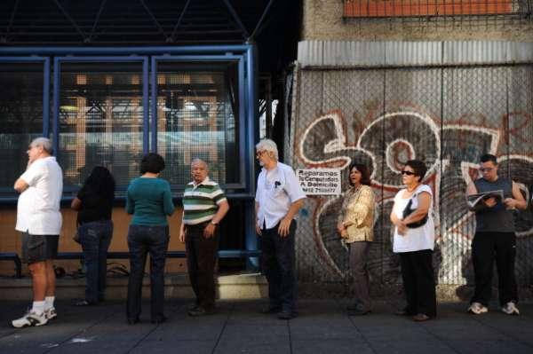 A seis meses de participar en unas elecciones presidenciales, los venezolanos están convocados para este domingo 14 de abril a una nueva jornada comicial, atípica ante el factor que la llevó a desarrollarla: el fallecimiento del presidente Hugo Chávez y una campaña electoral de solo diez días. El Consejo Nacional Electoral (CNE) dijo que todo está listo para iniciar la fiesta democrática.