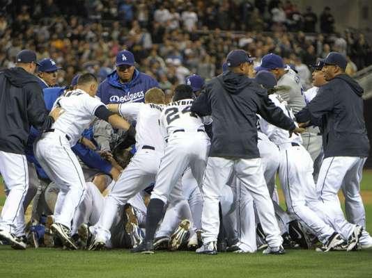 El toletero de los Padres de San Diego, Carlos Quentin, corrió al montículo y luchó en el suelo con el lanzador derecho de los Dodgers de Los Angeles, Zack Greinke, después de ser golpeado por un lanzamiento el jueves por la noche, y tras el zafarrancho que vació las bancas de ambos equipos, Greinke sufrió la fractura de la clavícula izquierda.
