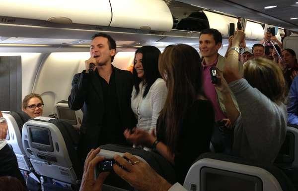 """Fonseca sorprendió a 252 pasajeros a bordo de un avión de la línea aérea Avianca, con un concierto """"unplugged"""" y Music City con las cámaras de Terra TV estuvieron en exclusiva en el vuelo para documentar esta aventura."""
