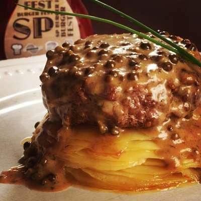 O restaurante Condimento participa do festival com o Hambúrguer au poivre