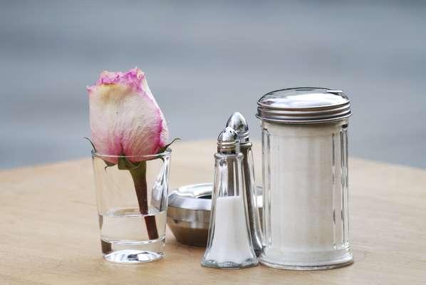 Sodio: mantiene el equilibrio de los fluidos del cuerpo, ayuda a que los fluidos pasen a través de las paredes de las células y ayuda a regular los niveles de pH en la sangre. Alimentos recomendables: Sal, alimentos envasados en general, ya que contienen sodio como conservante; aguas minerales, quesos maduros, leche de vaca en polvo, entre otros.