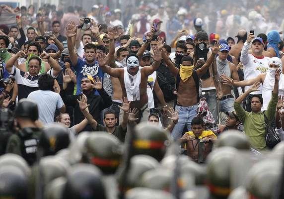 """Un """"cacerolazo'' masivo en protesta por los resultados de los comicios presidenciales que le dieron la victoria a Nicolás Maduro ensordeció a varias ciudades de Venezuela, en una jornada en la que estudiantes universitarios chocaron con guardias nacionales."""