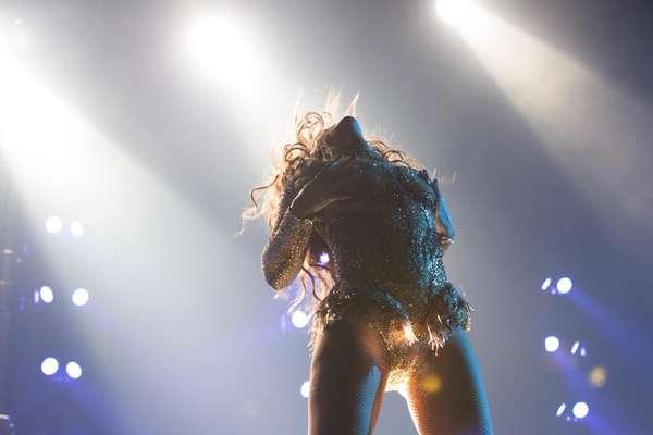 """Ahora que Beyoncé fue capturada haciendo gestos bastante picantes durante el comienzo de su nueva gira mundial """"Mrs. Carter Show World Tour 2013"""", en la Kombank Arena de Belgrado, Serbia , los invitamos a recodar las poses más sugerentes que han realizado las grandes divas de la música mientras estaban dando un concierto ¡Gócenlas!"""