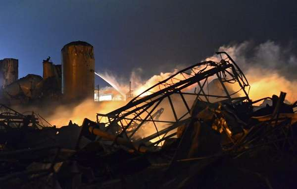 Las inmediaciones de la planta de fertilizantes que ha explotado en Waco, donde los bomberos luchan para sofocar las llamas y los policías buscan posibles víctimas entre los escombros de los inmuebles afectados.