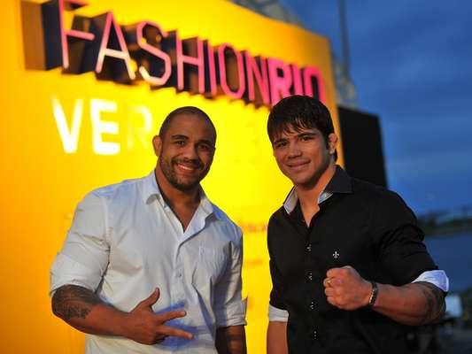 O Terra convidou para o Fashion Rio Verão 2014 Erick Silva, lutador do meio-médios, e Rafael Feijão, estreando no UFC no próximo mês de junho pelos meio-pesados
