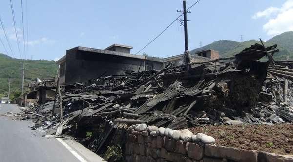 Imagen de casas derrumbadas después de un terremoto de 7,0 de magnitud, junto a la carretera que conduce de la ciudad de Ya'an al condado Luzhou, en la provincia china de Sichuan.