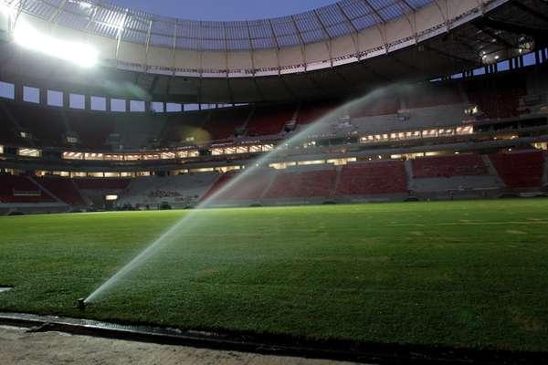 30 de abril de 2013: Instalação do campo de jogo foi concluída a menos de um mês do primeiro evento-teste do estádio