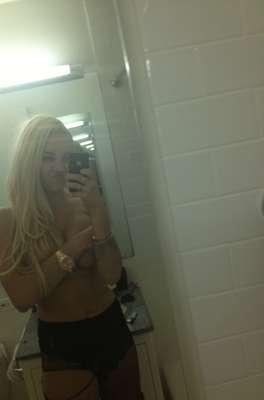 """Amanda Bynes, atriz de Hollywood que já participou de filmes como Tudo Que Uma Garota Quer (2003) e Ela é O Cara (2006), usou seu perfil na rede social Twitter para postar fotos em que aparece sem sutiã, cobrindo os seios com as mãos e os cabelos. Nas legendas das imagens, ela escreveu: """"com cabelo longo, eu não me importo"""""""