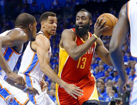 Rockets vs. Thunder: James Harden (13) intenta superar la marca de Kevin Durant y Thabo Sefolosha.