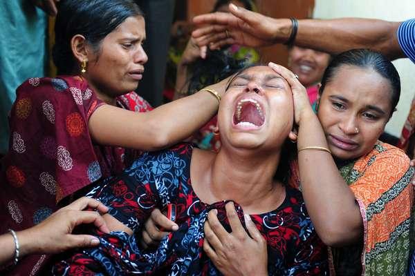 Una mujer llora desesperada después de reconocer a un familiar en la improvisada morgue, en una pequeña escuela de Savar, lugar del derrumbe de la fábrica textil en la que de momento han muerto más de 500 trabajadores en Dhaka, Bangladesh