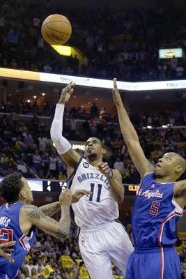 Mike Conley y Zach Randolph anotaron 23 punto casa uno, y los Grizzlies de Memphis derrotaron el viernes por 118-105 a los Clippers de Los Angeles para ganar por 4-2 su serie.