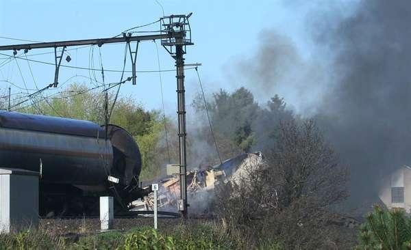 300 personas han sido evacuadas deentre las localidades belgas de Schellebelle y Wetteren, tras descarrilar un tren y provocar un incendio.