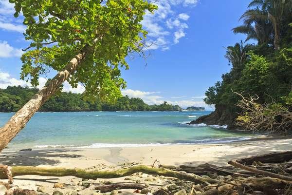 Costa RicaCom um dos melhores índices de felicidade e segurança no mundo, a Costa Rica é perfeita para fugir de tudo. Ela combina relaxamento e aventura, com surfe, caiaque, passeios a cavalo, trilhas na floresta e claro, praias