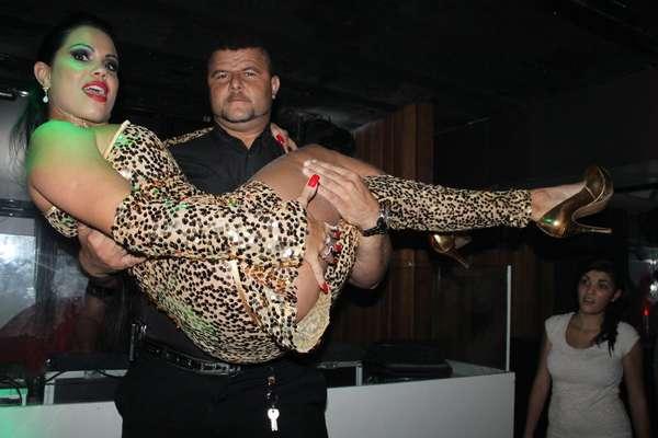 Karyn Alvys optou por um look extravagante para o lançamento da revista 'Sexy' de maio em uma boate de Nova Iguaçu, no Rio de Janeiro, nessa sexta-feira (10). A funkeira, conhecida como MC Sexy, foi bastante assediada pelo público masculino e até carregada no colo durante uma sessão de fotos