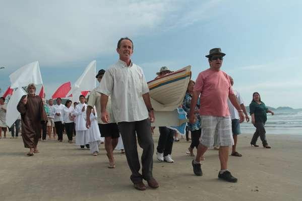 Missa realizada por pescadores, moradores e turistas no último domingo em Bombinhas, na região do Vale do Itajaí (SC) celebrou início da pesca de tainha