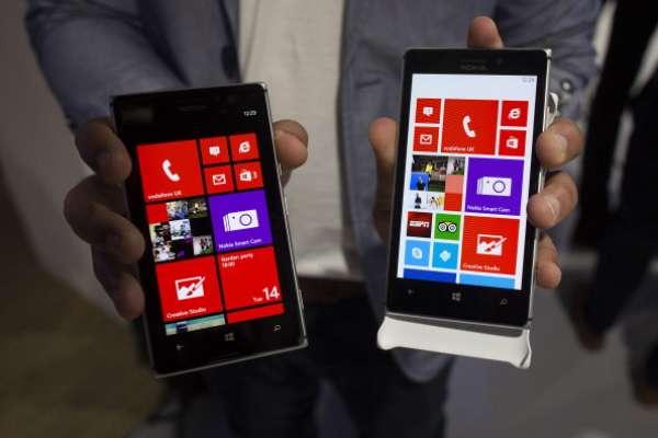 5. Nokia Lumia 925: Pantalla OLED de 4,5 pulgadas (1280 x 768 píxeles). Procesador dual-core a 1,5 GHz. Memoria RAM de 1 GB / 16 GB de almacenamiento. Tiene 8,5 mm de grosor y pesa 139 gramos. Cámara de 8,7 megapíxeles pureView.