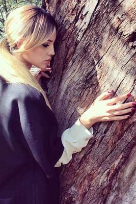 Eiza González es hija de la modelo, fotógrafa de moda y empresaria mexicana Glenda Reyna. Nació el 30 de enero de 1990 en la ciudad de México.
