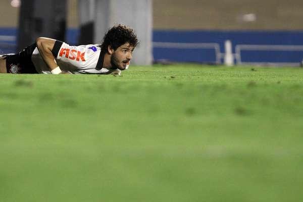 Pato perdeu gol incrível e viu Corinthians empatar com Goiás