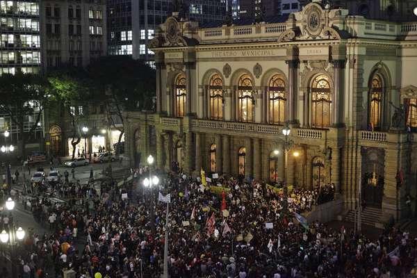 6 de junho - Protesto 'Se a tarifa não baixar São Paulo vai parar', contra o aumento das passagens de ônibus, trens e Metrô, terminou em confronto, no início da noite desta quinta-feira, em São Paulo