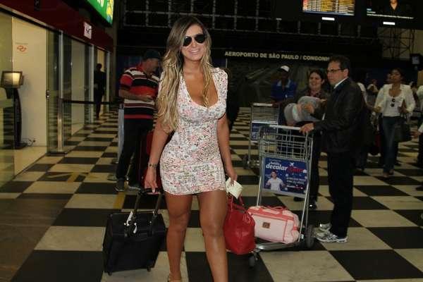 Andressa Urach foi fotografada neste domingo (9) no aeroporto de Congonhas, em São Paulo. Sorridente, ele atraiu os olhares das pessoas que passavam no local