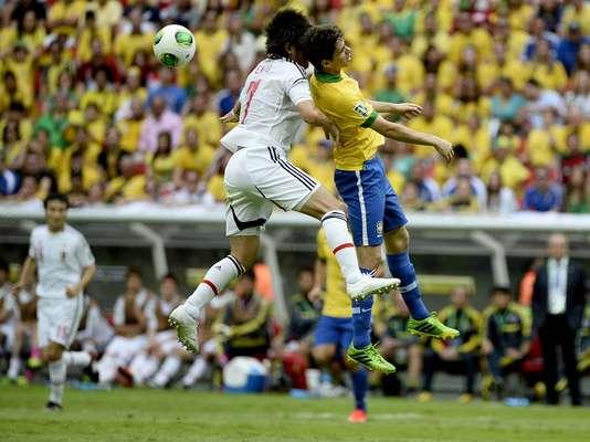 Brasil abrió la Copa Confederacionescon un golazo del delantero Neymar en la primera etapa del partido ante Japón. En la imagen, el centrocampista Oscar pelea por el balón.