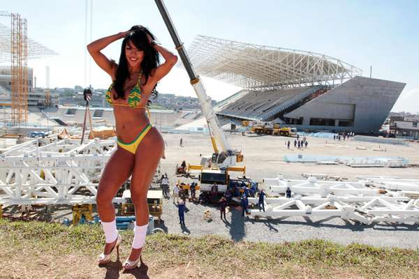 """Elegida por la revista masculina Sexy como la """"musa"""" de la Copa Confederaciones, la brasileña Aline Bernardes posó en bikini verde y amarillo en el estadio del Corinthians, el Itaquerao, en Sao Paulo. Las fotos fueron tomadas el pasado viernes (14)."""