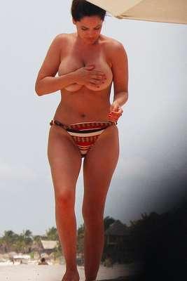 Kelly Brook recibió el verano en las playas de México y dejó poco a la imaginación.