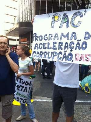 22 de junho - Manifestantes fazem protesto em Belo Horizonte neste sábado e seguem em passeata rumo ao Mineirão