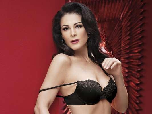 Lourdes Munguía volvió a sorprender al aceptar posar desnuda en la revista Playboy a sus 52 años de edad.